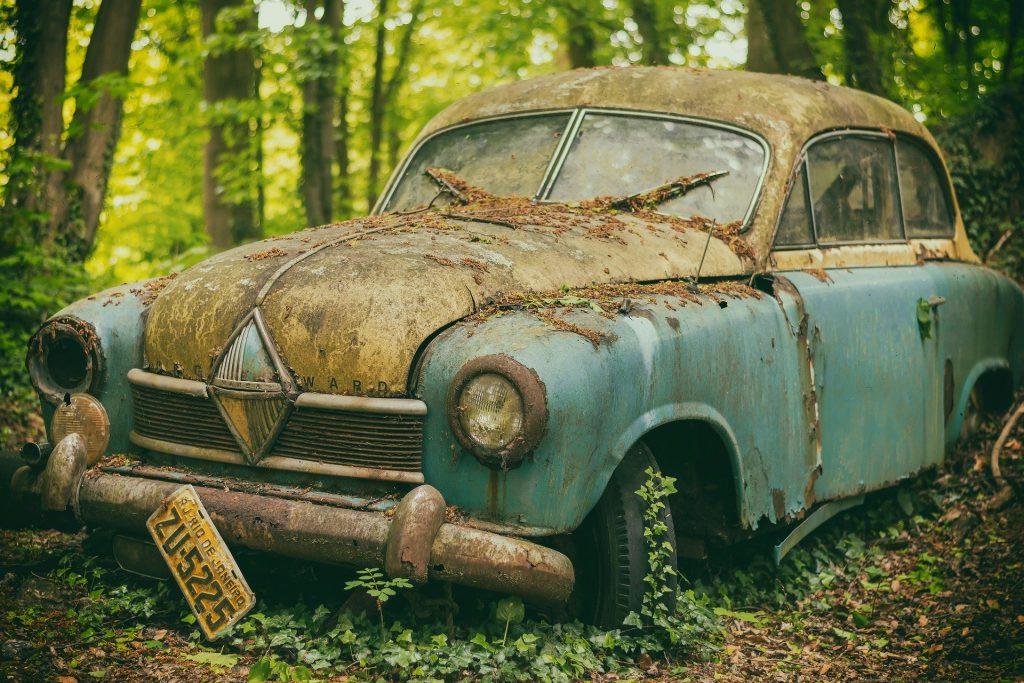 coche con la carrocería oxidada